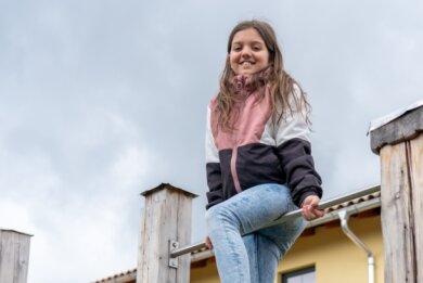 Emily Aderhold ist Mitglied im Leichtathletikverein und möchte unbedingt wieder trainieren. Zum Glück steht im Garten ein Turngerät.