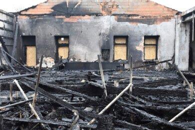Blick in die völlig zerstörte Wettkampfarena des AV Germania Markneukirchen. Zur Brandursache gibt es derzeit noch keine Erkenntnisse, sie wird derzeit von Gutachtern ermittelt.