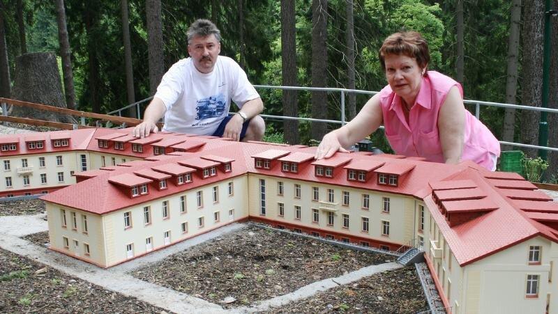 """<p class=""""artikelinhalt"""">Geschäftsführerin Christina Ihme und Andreas Meysel legen letzte Hand an das größte Modell ihrer Anlage, das Kneipp-Sanatorium Antonshöhe. </p>"""