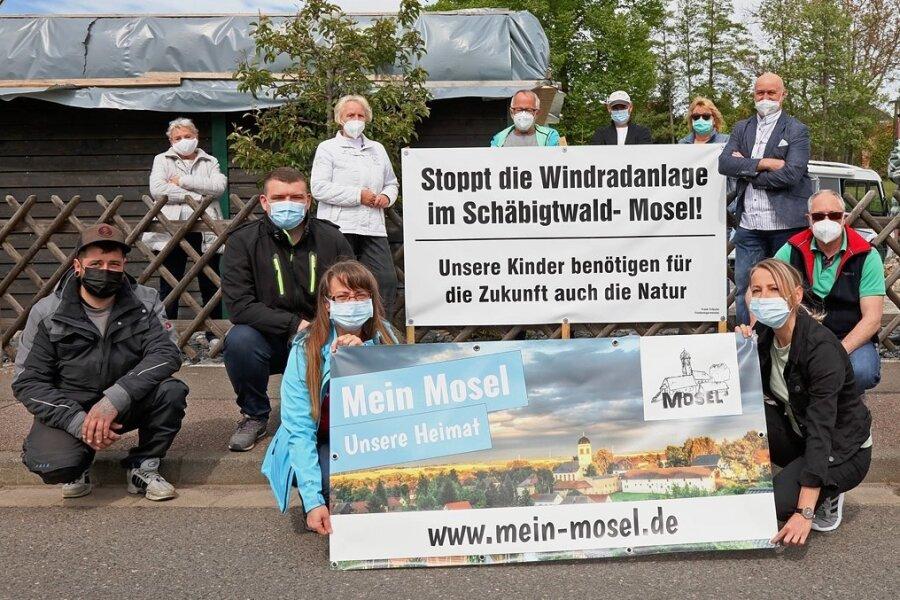 Gegner des geplanten Windrades nahe Mosel machen ihre Sicht auf das Vorhaben auch mit Bannern deutlich.