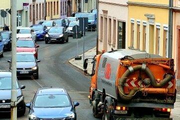 Die Kehrmaschine auf der Gellertstraße in Hainichen.