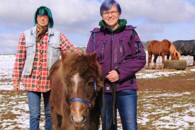 Für Anke Läster (vorn) und Annette Wawrik war das Schlachten oder Einschläfern von Pony Santino keine Option.