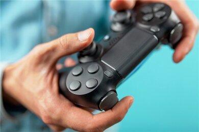 """Die Spielkonsole in der Hand haben nicht nur junge Menschen. Laut einer Umfrage stellt die Generation der 50- bis 59-Jährigen mit 17 Prozent die größte Gruppe. Gemeinsam mit den 60- bis 69-Jährigen machen die """"Silver Gamer"""" mittlerweile ein Drittel der gesamten Spielerschaft aus."""