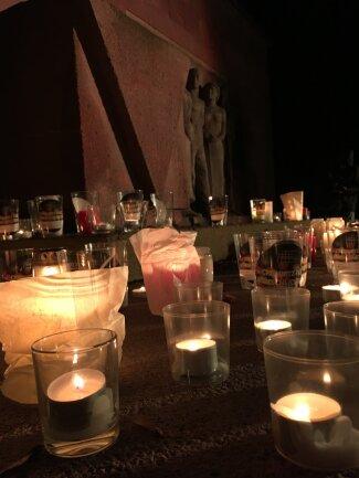 """Zu Musik des Pianisten Geoffrey Goldberg stellten die Teilnehmer der """"Lichterwege"""" ihre Kerzen am Mahnmal im Park der Opfer des Faschismus ab."""