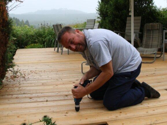 Mathias Klotz hat sich eine neue Terrasse auf dem Grundstück gebaut. Der alte Boden musste den neuen Lärchenbrettern weichen.