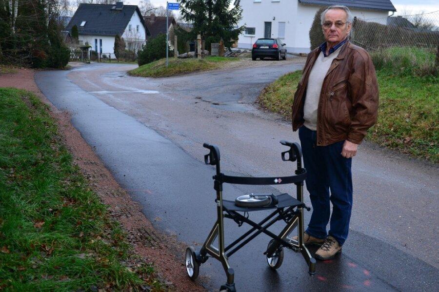 Heinrich Mikuletz an der Straße Am Schloss in Sachsenburg. An dieser Stelle ist seine Frau Ende 2019 von einem Auto angefahren worden.