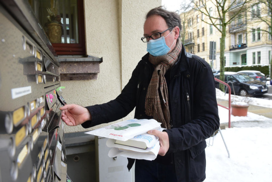 Klaus Kowalke beim Liefern der Bücher