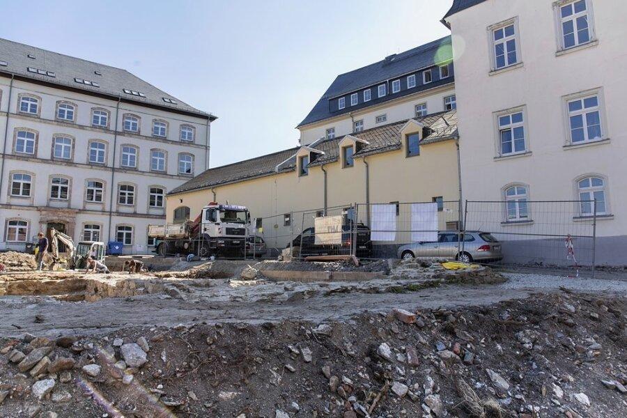 Bei den Bauarbeiten und der Umsetzung des Großfinanzamtes kam es immer wieder zu Verzögerungen. Im Mai 2020 wurde schon kein konkreter Zeitplan mehr für den Start der Bauarbeiten für den Neubau genannt. Dieser sollte auf diesem Areal entstehen. Im Hintergrund ist das ehemalige Amtsgericht zu sehen.