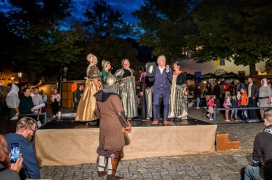 Ein Zeitreisender hat es schwer. Vor allem, wenn der Amerikaner - Axel Poike vorn auf der Bühne - auf die etwas zickigen Kammerfrauen einer Prinzessin trifft.
