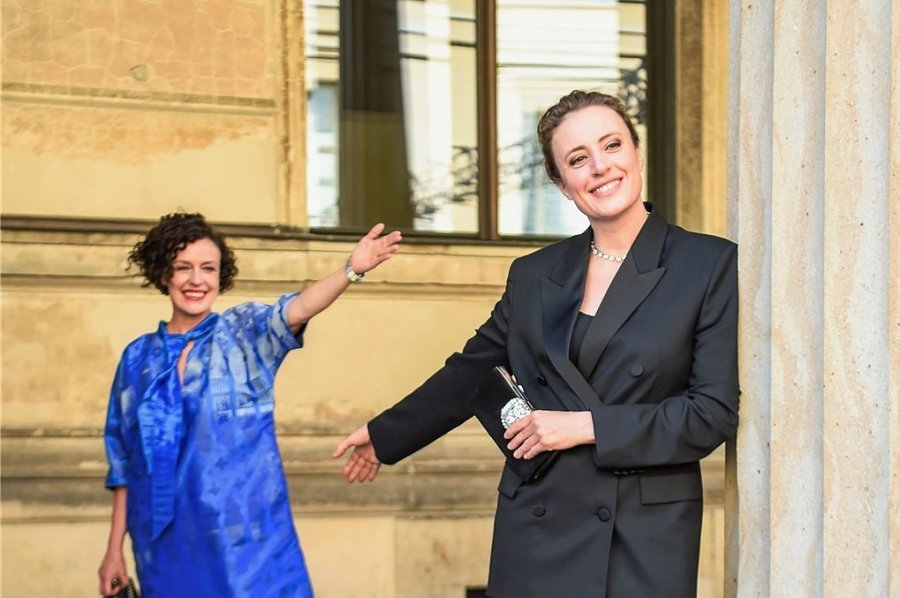 """Maren Eggert (vorn) und Regisseurin Maria Schrader kurz vor der Premiere des Films """"Ich bin dein Mensch"""" auf der Sommer-Berlinale. Eggert wurde für ihre darstellerische Leistung in der Tragikomödie mit einem Silbernen Bären geehrt."""