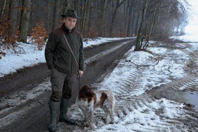 Jens Kühnert vom Jagdverband Glauchau/Hohenstein-Ernstthal nahe der Stelle, wo die Wildabfälle entsorgt worden waren.