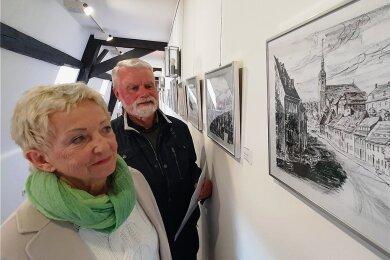 Heidrun und Dr. Johannes Werner vor einem der von ihnen gespendeten Bilder.