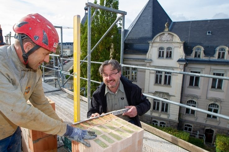 Bauunternehmer Christian Zschögner (rechts) und Jens Zschögner, Polier der Greizer Firma Taubert-Bau, haben gut lachen: Der Aufbau des letzten Geschosses der ehemaligen sowjetischen Kommandantur in Plauen befindet sich auf der Zielgeraden.