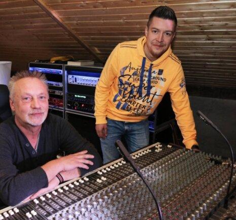 Produzent Mario B. Koppatz und Sänger Franz Peter im Tonstudio unterm Dach. Die beiden arbeiten bereits an einem neuen Projekt.