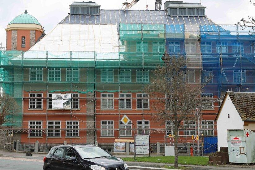 Schule erhält neues Dach