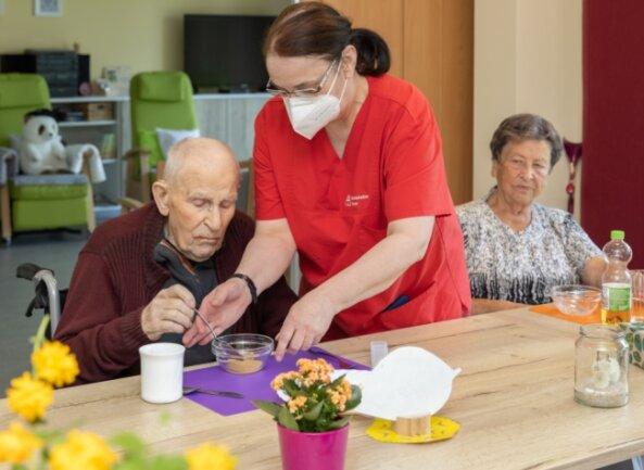 Ein Blick in einen Tagespflege-Bereich der Sozialstation Geyer, die vor 30 Jahren gegründet wurde: Mitarbeiterin Regine Flath mit Martin Einenkel und Ingeborg Becher.Foto: Ronny Küttner