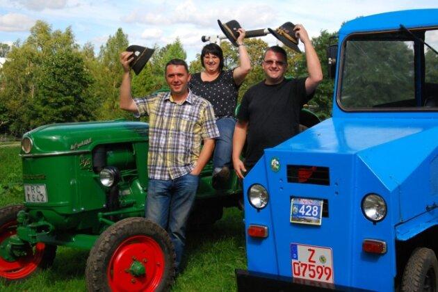 Stefan Reißmann, Mirjam Möckel und Marko Hellwig (von links) mit den beiden Traktoren, mit denen sie an der 10. Oldtimer-Traktor-Weltmeisterschaft in Österreich teilnehmen werden. Die rund 500 Kilometer dorthin tuckern sie munter über Landstraßen.