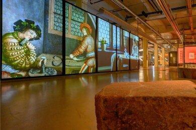 700 Kilo schwere Findlinge aus Rochlitzer Porphyr stehen im Eingang der Schau. Als erstes großes Bild erwartet die BesucherInnen eine Installation zum Bergaltar.