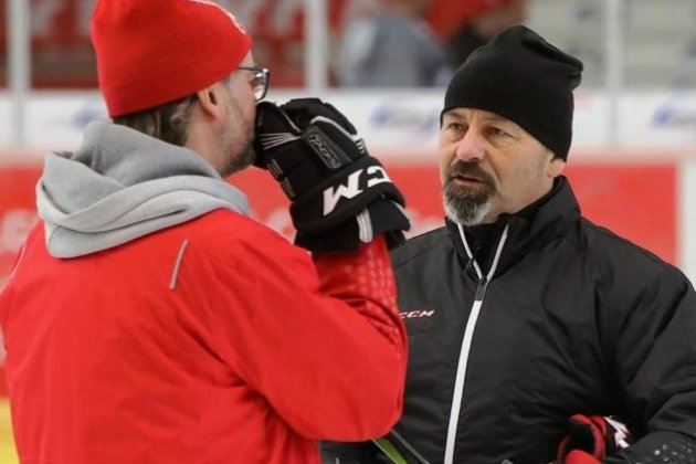 Der neue Eispiraten-Trainer Daniel Naud (rechts) im Austausch mit Boris Rousson.
