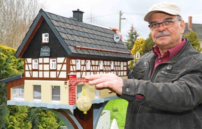 Christoph Herold hat sich für sein neuestes Vogelhaus ein Fachwerkhaus als Vorbild genommen, das in Schönbach bei Neumark steht.