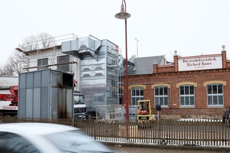 Der verbrannte Bunker der Bürstenhölzerfabrik steht jetzt vorm Werktor.