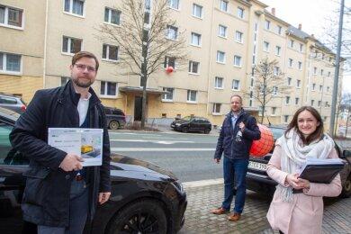 Nadine Salpeter, Björn Eifler und Dirk Förster-Wehle (von rechts) von der Firma TAG Wohnen stellten am Dienstag die Vorhaben des Immobilienunternehmens in Plauen vor, etwa an der Martin-Luther-Straße.