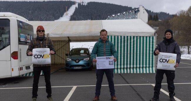 Auf dem Parkplatz am Speichersee steht bereits das Zelt, das mit Start des Modellprojekts am Fichtelberg zur Teststation wird - hier im Bild Christoph Weiser, Erik Schulze, Christian Kuntze vom Verein Covid-Ex.