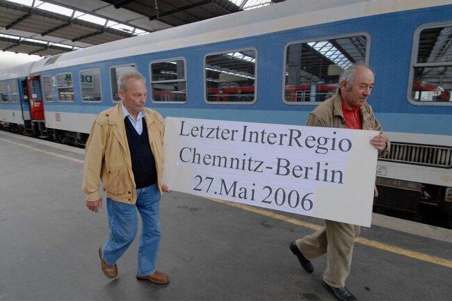 Hauptbahnhof Chemnitz, Bahnsteig 5, am Nachmittag des 27. Mai 2006: Mitglieder des Freundeskreises Chemnitzer Lokführer verabschieden den letzten Interregio von Chemnitz nach Berlin. Der Zug war der letzte seiner Art in ganz Deutschland - und markierte den Anfang vom Ende der Direktverbindung in die Hauptstadt.