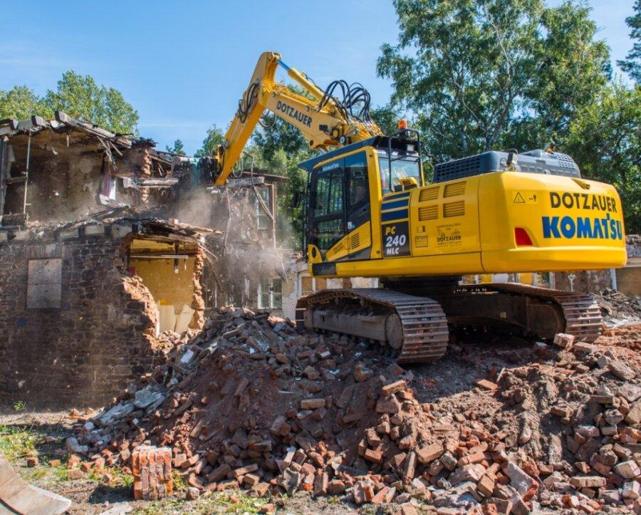Der Abriss der alten Heidelsbergschule in Aue hat vor Kurzem begonnen. Bis zum zweiten Quartal 2022 sollen die Arbeiten laut Stadtverwaltung abgeschlossen sein.