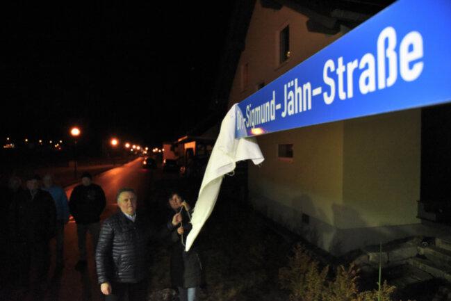 Jürgen Mann (Freie Wähler), Bürgermeister der Gemeinde Muldenhammer, und Romy Mothes, Leiterin der deutschen Raumfahrtausstellung, enthüllten den neuen Straßennamen.