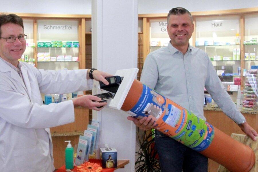In der Apotheke von Andreas Muck (links) steht jetzt eine Sammelbox für alte Handys. Sven Haller vom Elsterberger Gewerbeverein hat die Aktion zusammen mit dem Naturschutzbund Nabu gestartet.