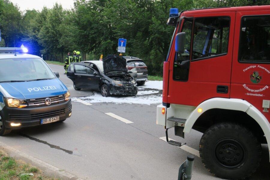 Kollision auf der B101: Auto fängt Feuer