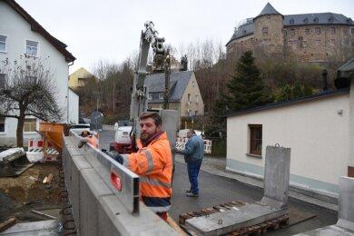 Robin Schott von der Firma Hoch- und Tiefbau Crossen bei Arbeiten an der Stützwand in Oelsnitz.