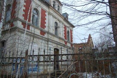 An der Bahnhofstraße 35 entstand vor 130 Jahren der größte Gebäudekomplex, die Villa des Eigentümers und mehrstöckige Produktionsgebäude. Heute steht der Abriss bevor.