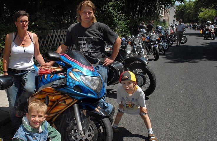 """<p class=""""artikelinhalt"""">Biker-Pause beim Corso vor der Mensa in Mittweida - die Clubmitglieder Melanie und Andreas Wonneberger aus Mittweida schauten sich mit ihren Kindern Tim (r.) und Bastian eine Suzuki an. </p>"""