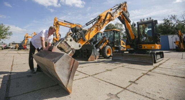 Eine Baumaschinenfirma hat in Hartmannsdorf 2,5 Millionen Euro investiert. Hier Niederlassungsleiter Sylvio Bothmann am Neun-Tonnen-Bagger.