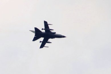 Einer der Tornado-Kampfjets, die am Donnerstag mehrmals das Vogtland passierten, aufgenommen zwischen 15.30 und 16 Uhr vom Reichenbacher Wohngebiet West aus.
