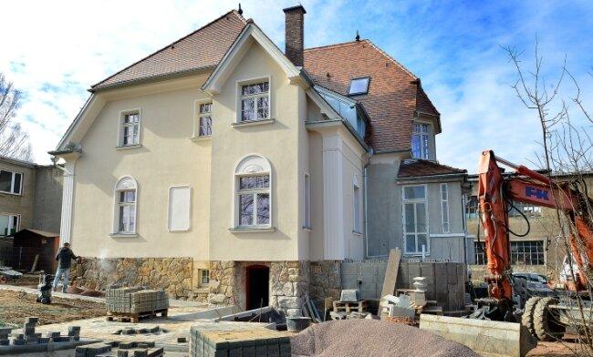 April 2021: Die sanierte Villa hat bereits die neue Farbgestaltung, im Außenbereich wird noch gearbeitet, hier entsteht auch eine Grillecke.