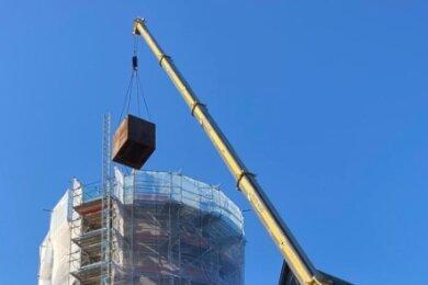Das Dach des Schlossturms ist abgebaut. Am gestrigen Mittwoch wurde auch der im Turm eingebaute Wassertank demontiert.