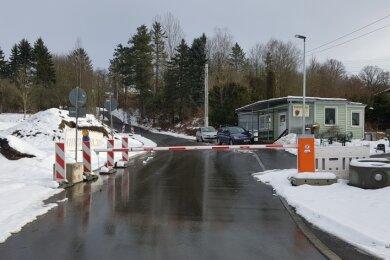 Die Schranke sperrt die Durchfahrt der B 92.