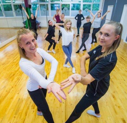 Die Show-Girls von Keen on Rhythm dürfen wieder trainieren. Das Bild zeigt vorn Denise Behrendt (26, links) und Pauline Becher (20).