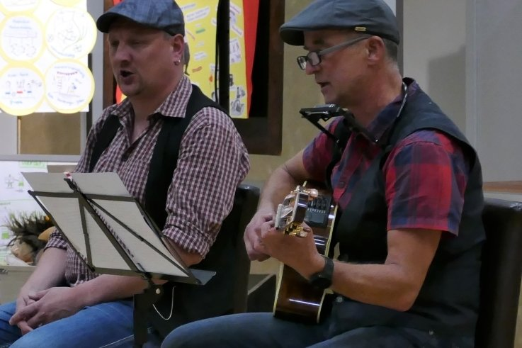 Martin Gronau (links) und Peter Messig lieferten im Gelenauer Volkshaus schon mal einen kleinen Vorgeschmack auf das, was das Publikum beim Bergstadt-Neinerlaa erwartet.