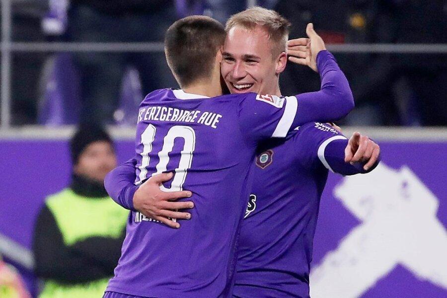 Florian Krüger trifft zum 1:0 und jubelt mit Dimitrij Nazarov, der sich wenig später ebenfalls in die Toschützenliste eintragen konnte.