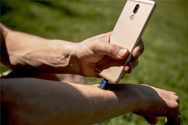 Der Hitzestick von heat_it wird durch den Strom aus dem Smartphone rund 50 Grad heiß.
