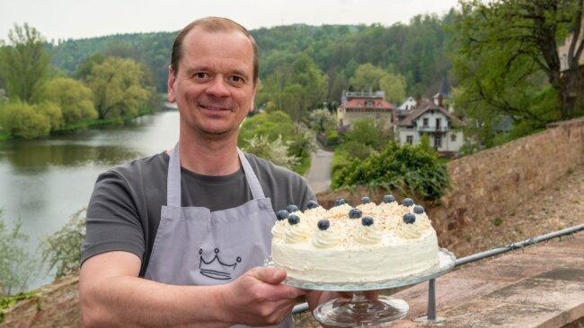 Frederik Hendler, Inhaber des Blümchen-Cafés auf Schloss Rochlitz, hat für den Männertag schon einiges vorbereitet. Im Angebot sind unter anderem selbst gemachte Torten - alles jedoch nur zum Mitnehmen.