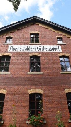 Klinkerfassade mit originaler Schrift.
