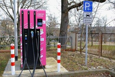 Die Schnellladestation von Comfort Charge, ein Angebot der Telekom, im Hof der alten Hauptpost am Postplatz in Reichenbach. Fotos: Franko Martin (2)