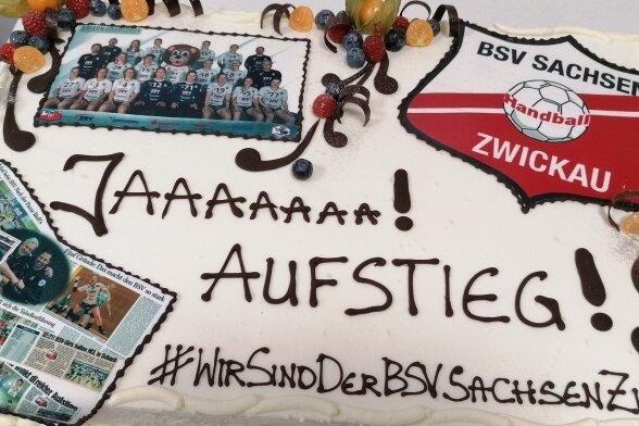 Ein ganz besonderes Geschenk zum Aufstieg in die Bundesliga gab es von der Bäckerei und Konditorei Schellenberger aus Aue.