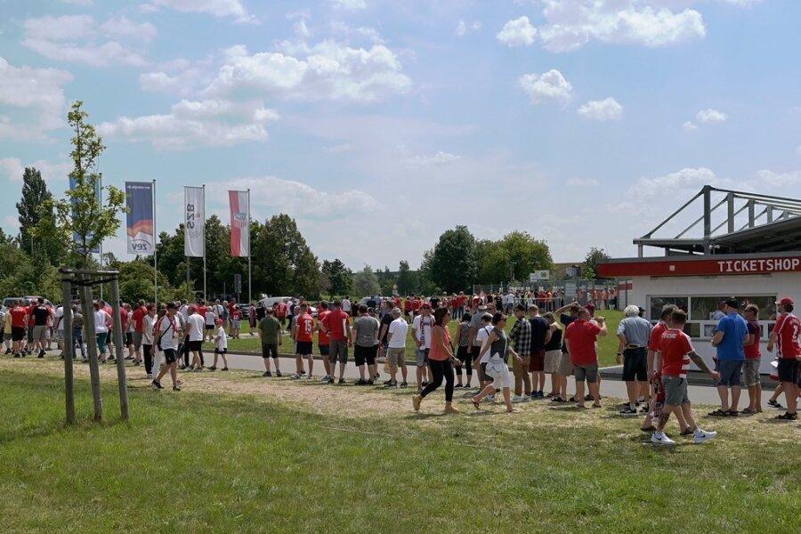 Zahlreiche Fans sind am Samstag zum Saison-Auftakt des FSV Zwickau ins Stadion geströmt.