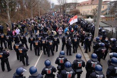 """Anhänger der """"Querdenken""""-Bewegung demonstrierten am Samstag trotz Verbots in Dresden. Einige wendeten Gewalt an."""